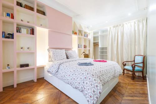 A bed or beds in a room at 5p Peaceful haussmann-style suite