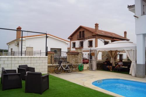 The swimming pool at or near Apartamentos Rurales Monfragüe