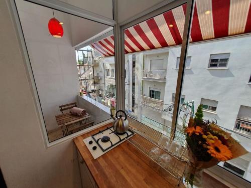 A cozinha ou cozinha compacta de Florentine Apartment With Balcony