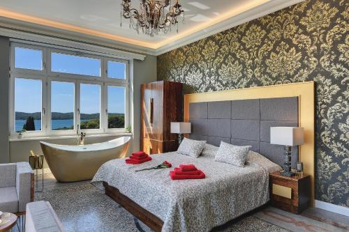 A bed or beds in a room at Arena & Sea View Luxurious Residence