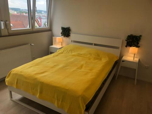 A bed or beds in a room at Zentrale WOhnung neu renoviert