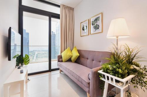 A seating area at Luxury 2br Business Suite