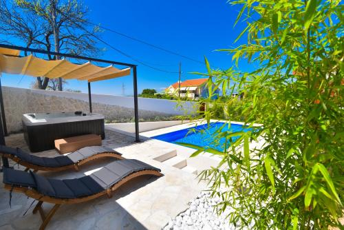 Villa Village Idylle with heated pool, sauna, jacuzzy and private parking, garden
