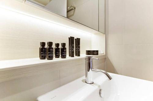 A bathroom at 5 Star LOCATION! Cosy1BR Sydney CBD, Chinatown & ICC