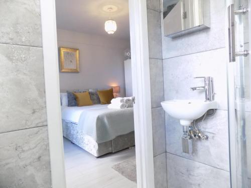 A bathroom at Brand New Central London Flat - 2 mins from Tube