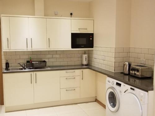 A kitchen or kitchenette at London Luxury Apartments 1min walk from Underground, with FREE PARKING