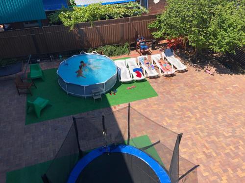 Вид на бассейн в Апартаменты на Победы 38 или окрестностях