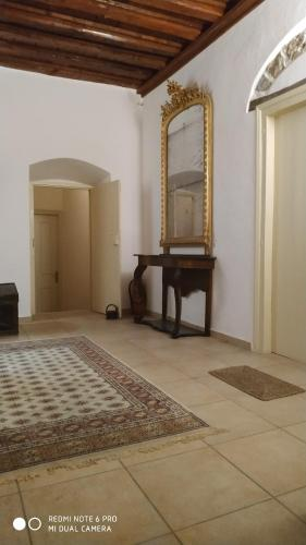Een bed of bedden in een kamer bij Economou Mansion