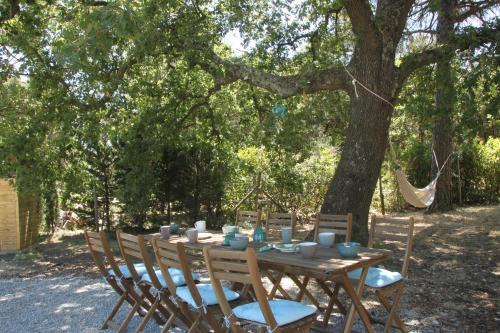 Restaurant ou autre lieu de restauration dans l'établissement Agréable logement en campagne provençale