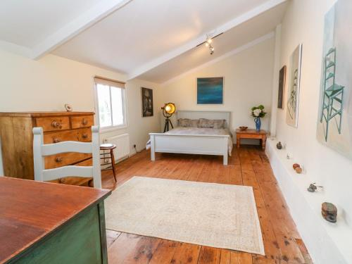A bed or beds in a room at Net Loft Cottage