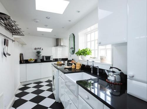 A kitchen or kitchenette at 20A St Hilda's