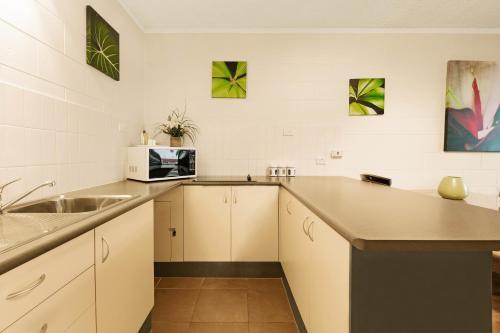A kitchen or kitchenette at Cascade Gardens