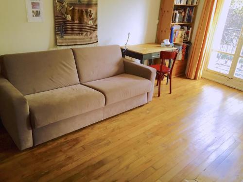 A seating area at Appartement de charme entre Montmartre et Batignolles