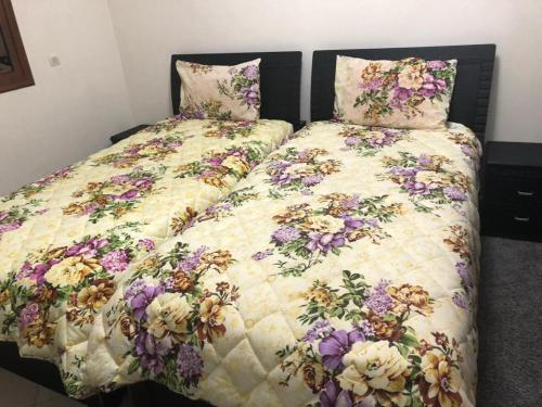 A bed or beds in a room at مطار محمد الخامس