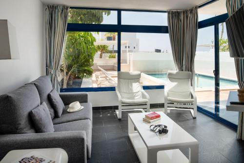 Uitzicht op het zwembad bij Villas de la Marina of in de buurt