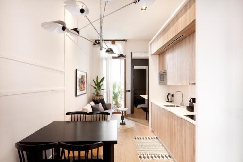 A kitchen or kitchenette at Casa Noa Apartments