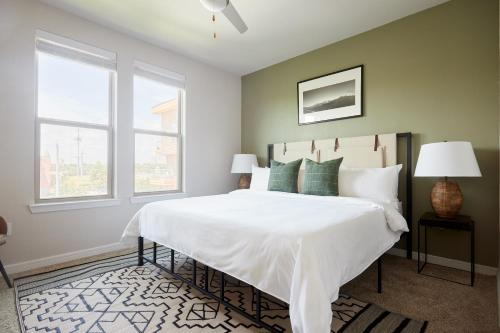 A bed or beds in a room at Sonder — Southtown Apartments