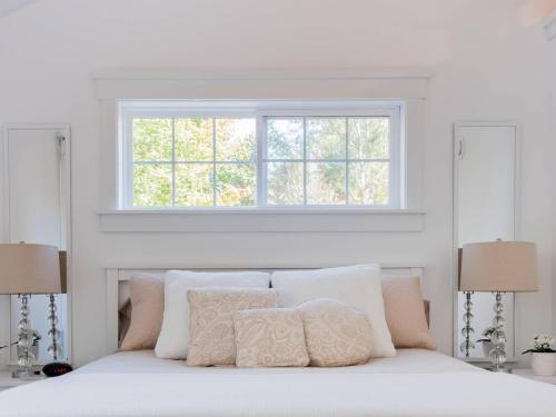 A bed or beds in a room at Mahone Bay Hide-Away