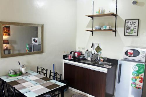 A kitchen or kitchenette at Emmanuel's Lounge Near The Airport