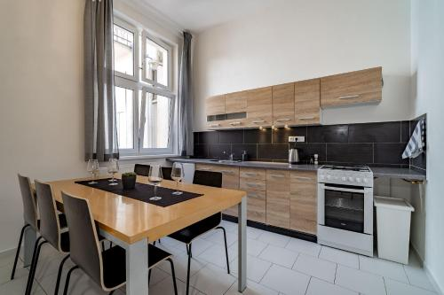 A kitchen or kitchenette at Avantguard Apartments