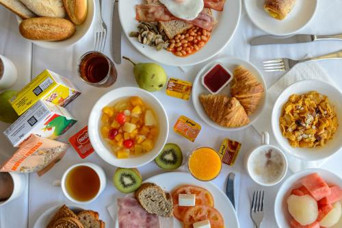 Breakfast options available to guests at Hotel Apartamentos Lux Mar