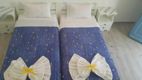 A bed or beds in a room at Augusta Studios & Apartments