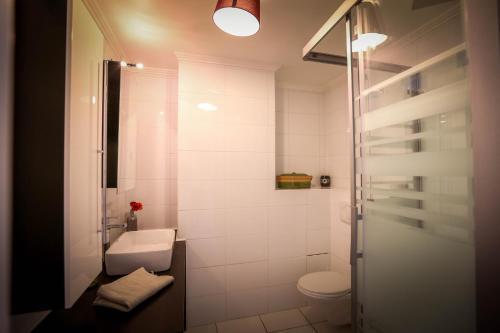 Ein Badezimmer in der Unterkunft Chez Charlotte L'énigme des 4 coffres
