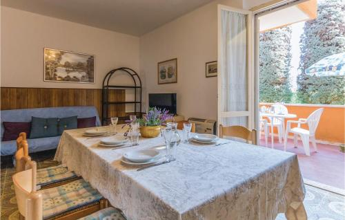 A restaurant or other place to eat at Two-Bedroom Apartment in Lugana di Sirmione BS
