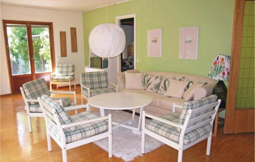 En sittgrupp på Three-Bedroom Holiday Home in Hollviken
