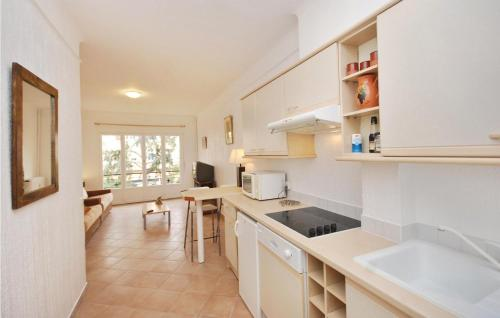 A kitchen or kitchenette at Apartment rue Buttura