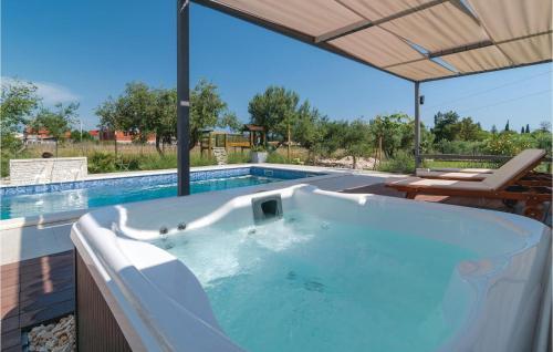Der Swimmingpool an oder in der Nähe von Holiday Home Kastel Luksic with Sea View III