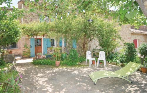 A garden outside Three-Bedroom Apartment in St-Sebastien d'Aigref.