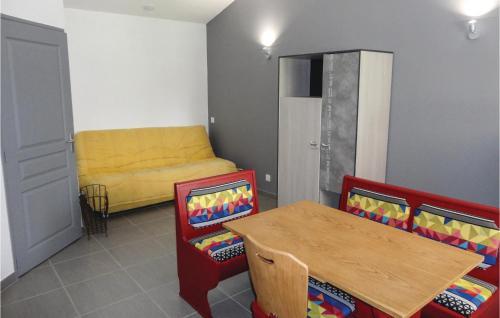 Coin salon dans l'établissement 0-Bedroom Apartment in Le Pouget