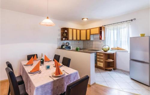 A kitchen or kitchenette at Three-Bedroom Apartment in Pula