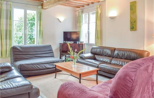 Coin salon dans l'établissement Three-Bedroom Holiday Home in Le Bourg-Dun
