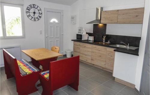 Cuisine ou kitchenette dans l'établissement 0-Bedroom Apartment in Le Pouget