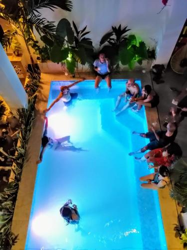 A view of the pool at Bona Vida Hostel La Quinta or nearby