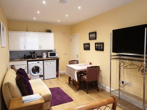 A kitchen or kitchenette at London Vegetarian Smoke & Pet Free En-suite