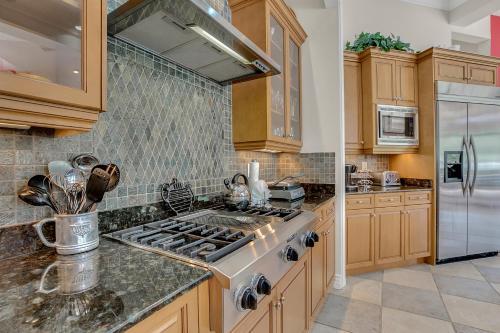 A kitchen or kitchenette at Luxury 5BR Pool/Spa/Tiki Hut