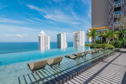 Бассейн в The Riviera Wongamat by Pattaya Holiday или поблизости