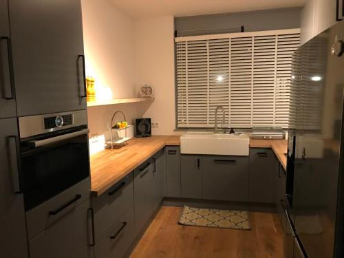 A kitchen or kitchenette at Spacious, modern family home on the canal with parking
