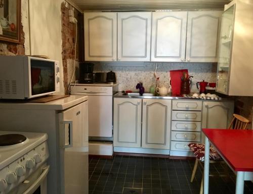 Majoituspaikan Guest House Nina Art keittiö tai keittotila