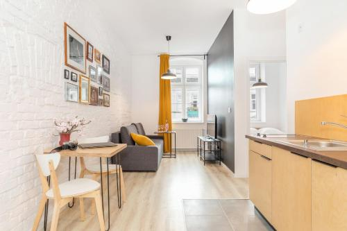 A kitchen or kitchenette at Apartments Poznań Garbary by Renters