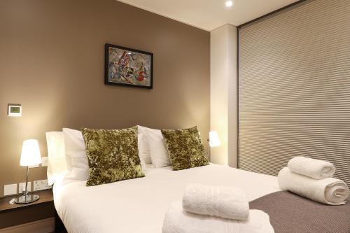 Llit o llits en una habitació de Mirabilis Apartments - Bayham Street