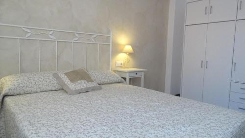 Cama o camas de una habitación en Apartamentos Turísticos Teruel