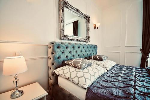 A bed or beds in a room at Apartament Hampton