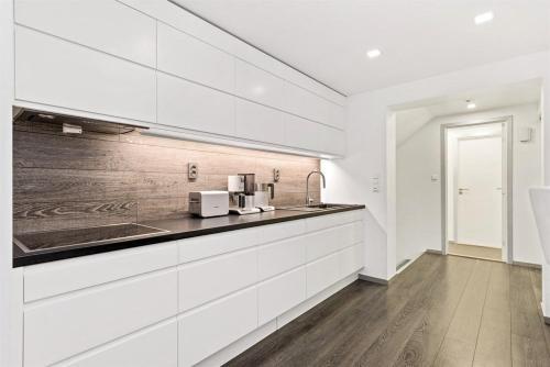A kitchen or kitchenette at Peak Apartments