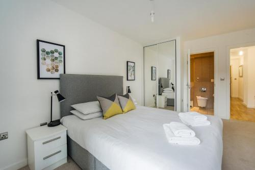 A bed or beds in a room at Greenwich Two Bedroom Apartments