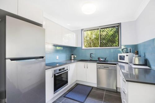 A kitchen or kitchenette at 2/10 Wade Street