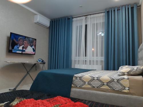 Una cama o camas en una habitación de 1-ком.квартира в Немецкой деревне